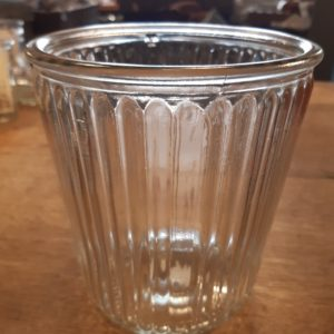 Glas mit Rillen