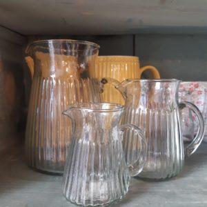 Glaskrug mit Rillen