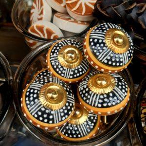 Knopf schwarz braun orange