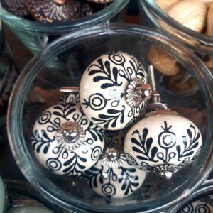 Knopf schwarz weiß Blätter